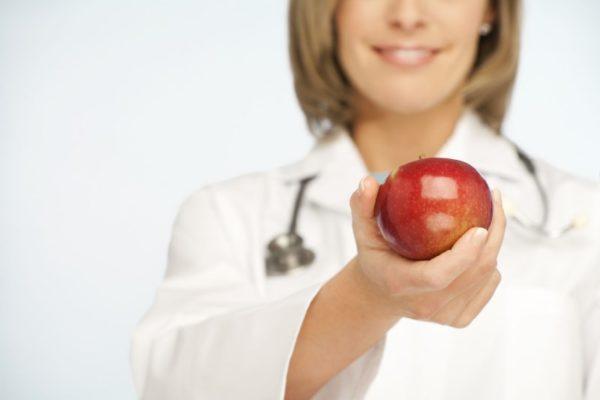 врач с яблоком